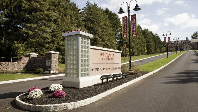 Alvernia University sign 在 main entrance